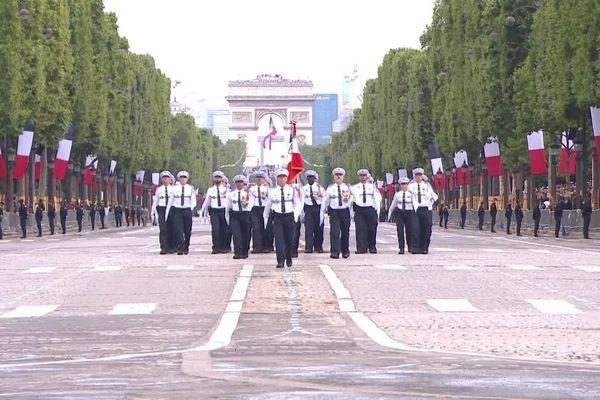 Les policiers municipaux de Nice défilent sur les Champs-Elysées.