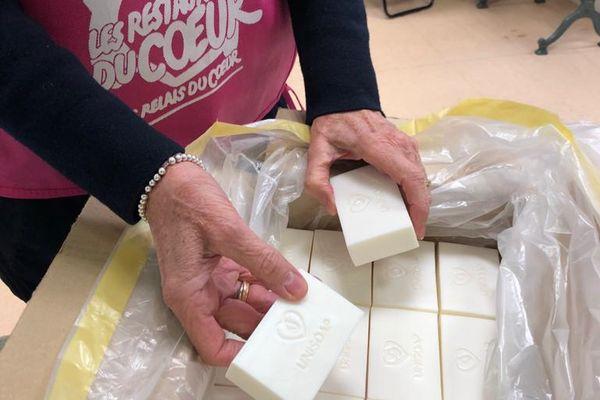 Unisoap distribue les savons recyclés à des associations comme ici aux restos du cœur.