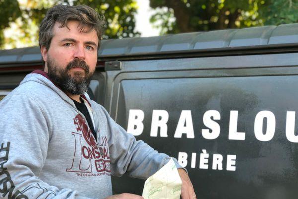 Tommy Barnes, brasseur de bières à Braslou en Indre-et-Loire devant son camion de livraison.