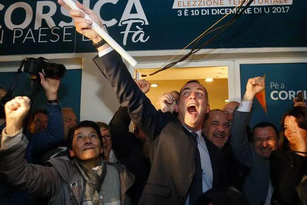 La coalition nationaliste sortante de Gilles Simeoni et Jean-Guy Talamoni célébrant leur large victoire au sortir du premier tour des élections territoriales de 2017.