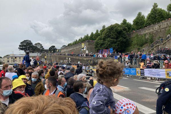 La foule amassée près du Château de Brest aux abords de la ligne de départ