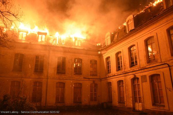 Le toit de l'ancienne école d'infirmières dans le centre-ville de Saint-Omer, totalement embrasé.