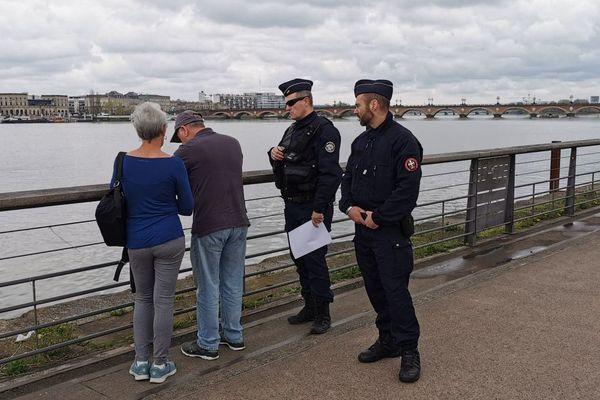 """Les forces de l'ordre contrôlent les passants sur les quais de Bordeaux après le début du """"confinement"""""""