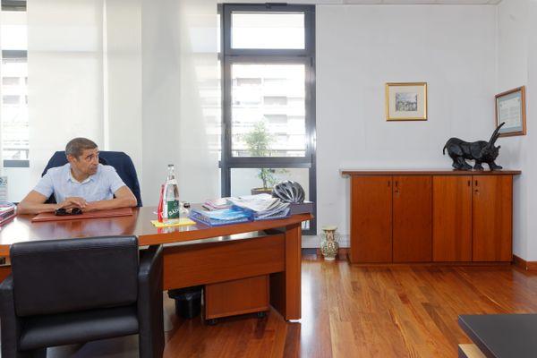 Le maire écologiste d'Annecy François Astorg dans son bureau le 28 juillet 2020.