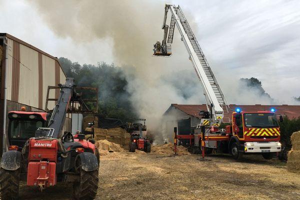 Les pompiers ont été épaulés par les exploitants agricoles voisins qui ont dégagé le fourrage à l'aide de chariots télescopiques