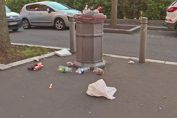 1er juin 2021 : poubelle qui déborde au 6e jour de la grève des agents de nettoyage de la ville de Rouen
