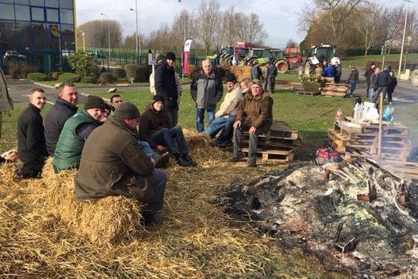 Des agriculteurs bloquant une plateforme LIDL à Lillers (Pas-de-Calais)