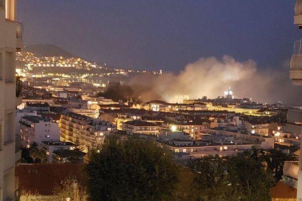 Le panache de fumée visible à Nice ce samedi 23 mars est dû à un incendie de deux ou trois voitures sur un parking