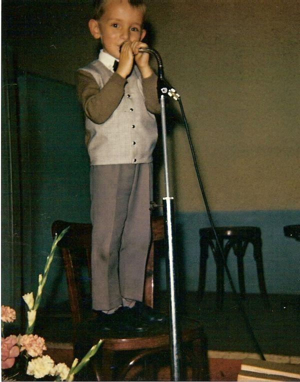 Christophe Lesuisse, enfant, au micro, n'a pas le trac devant son public.