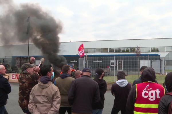 Près de 200 salariés de Mecafi étaient mobilisés aujourd'hui devant le siège social de l'usine à Châtellerault.