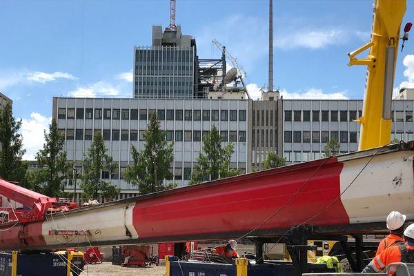 Le mat de la foreuse mesure 48 mètres de hauteur