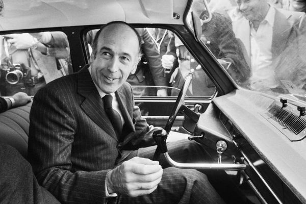 Valéry Giscard d'Estaing en 1974, après avoir voté au second tour des élections présidentielles.