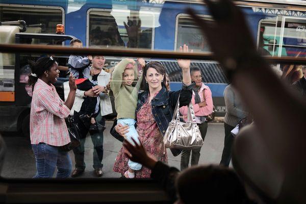 Des parents saluent leurs enfants qui partent en colonie de vacances en Isère, le 13 juillet 2008 à Paris.