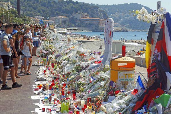 Fleurs, bougies et souvenirs déposés sur la promenade des Anglais après l'attentat qui a coûté la vie à 86 personnes le 14 juillet 2016.