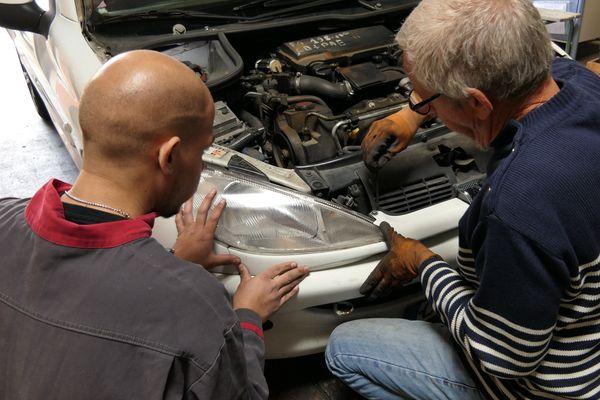Chaque détail de la voiture est analysé avec soin par les bénévoles de Cric & Co.