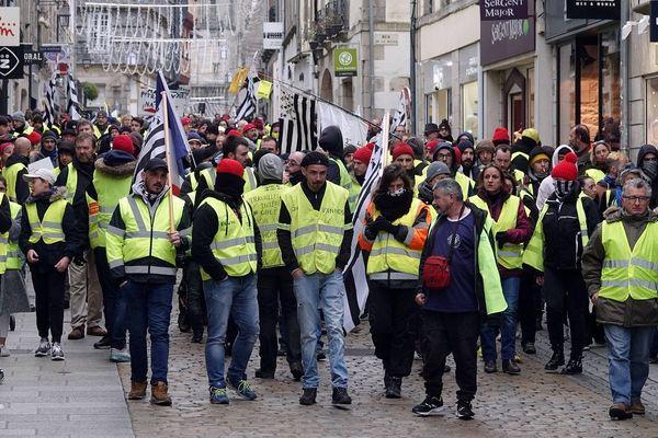 400 gilets jaune ont manifesté dans les rues de Quimper - Finistère - ou plusieurs interpellations ont eu lieu.