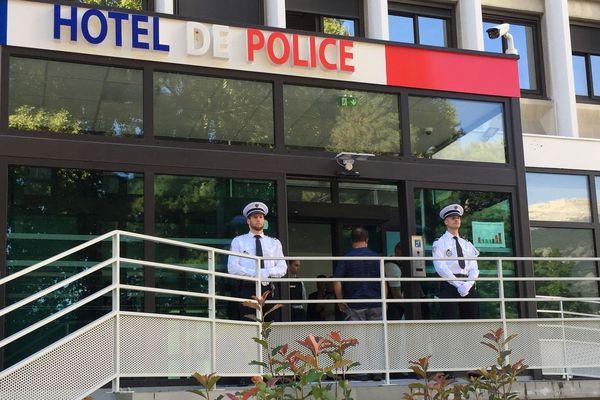 Le ministre est arrivé à l'hôtel de police de Grenoble.