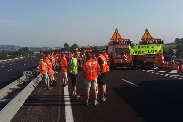 Les agents de la Direction Interdépartementale des Routes du Massif Central ont coupé l'A75 dans les deux sens,à hauteur de Brioude (Haute-Loire) pour alerter les usagers sur l'avenir du réseau routier.