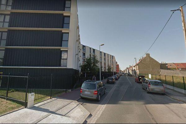Le corps a été trouvé rue Descartes, à Calais.