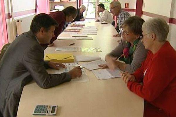 Les permanences organisées par la ville de Romagnat (63) rencontrent un grand succès, notamment auprès des retraités qui ne peuvent plus payer leurs mutuelles. 150 personnes ont signé un nouveau contrat avec la complémentaire santé dont les tarifs ont été négociés par la mairie.