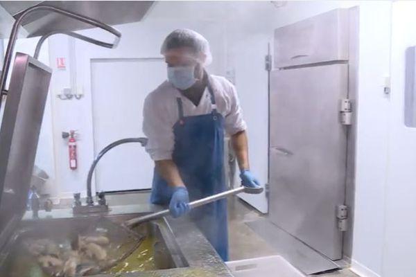 La dernière conserverie de poisson de St-Jean-de-Luz maîtrise l'ensemble de la chaîne de production, de la découpe à la mise en conserve