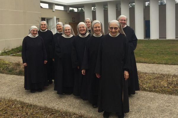 9 des 13 soeurs bénédictines de Bouzy-la-Forêt (Loiret)