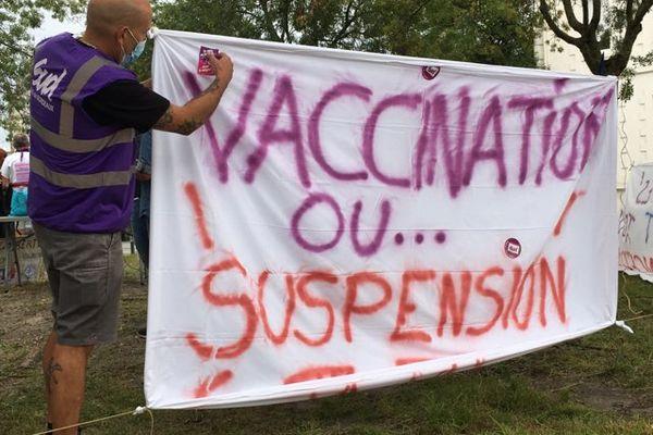 Les manifestants dénoncent l'obligation vaccinale pour le personnel hospitalier.