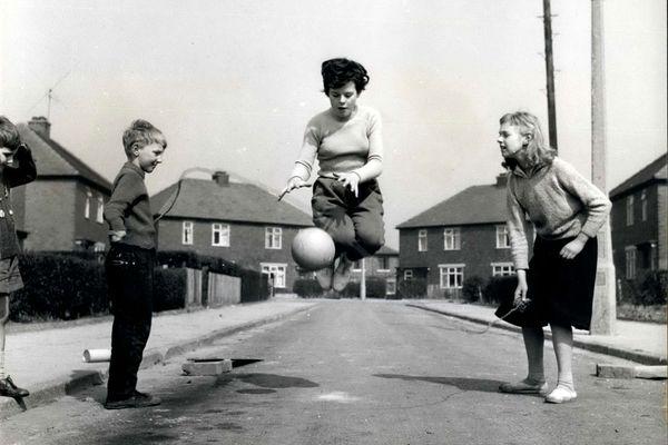 Moins de déplacements à pied et plus d'écrans que chez les générations précédentes. Le résultat se fait déjà sentir chez les enfants. Leurs capacités physiques diminuent et leur santé en pâtit.
