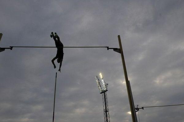 Renaud Lavillenie, le 27 juin 2013, lors du meeting IAAF d'Ostrava (République Tchèque). Le Clermontois a remporté le concours de saut à la perche en franchissant une barre à 5,92m.