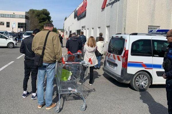 16/03/2020. Devant une grande surface à Venelles (Bouches-du-Rhône), fil d'attente depuis le passage au stade 3 de coronavirus en France.