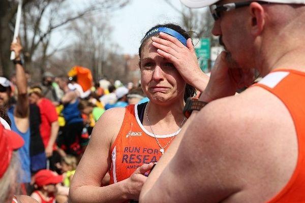 Une coureuse du marathon de Boston en état de choc juste après les deux explosions survenues sur la ligne d'arrivée