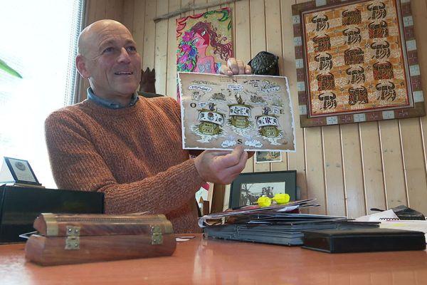 Jean-Luc Meissonnier garde précieusement toutes les cartes de vœux humoristiques envoyées à ces concitoyens depuis une quinzaine d'années.