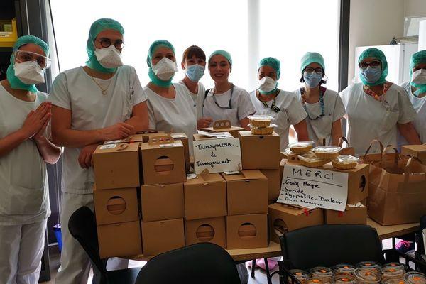 Les personnels soignants devant leur repas livrés.