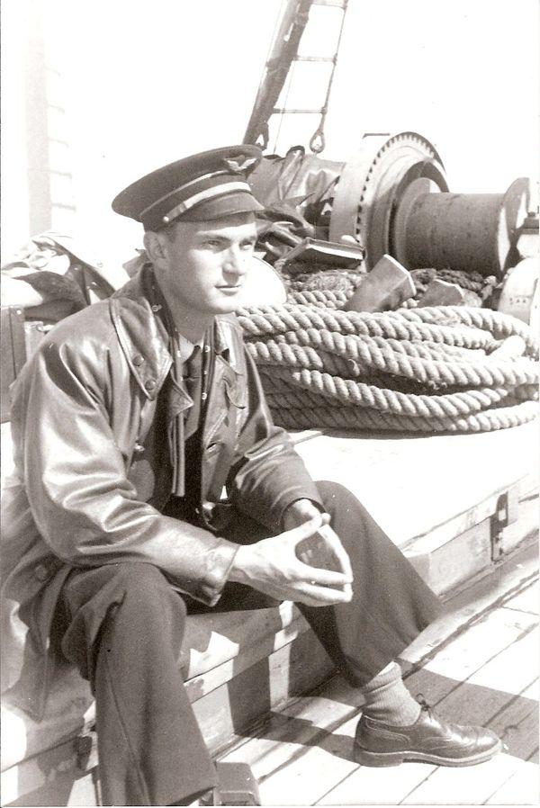 """René Mouchotte à bord du """"Président Houduce"""" en juillet 1940 entre Gibraltar et l'Angleterre."""