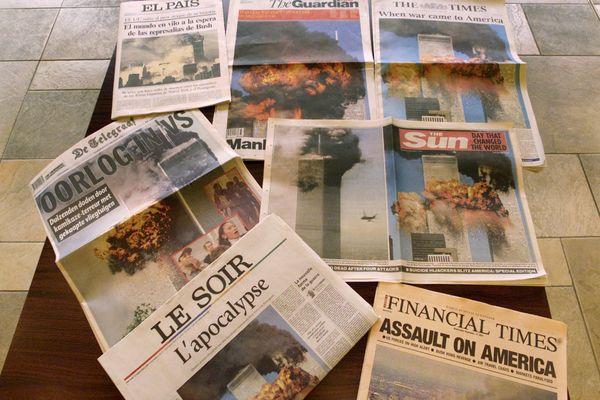 Le 12 septembre 2001, les journaux du monde entier traitent, en Une, les attaques terroristes meurtrières qui ont frappé New-York et Washington.