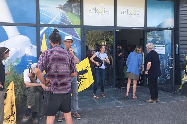 Mudaison (Hérault) : des agriculteurs de la Confédération paysanne manifestent devant l'entreprise Arkolia pour dénoncer la récupération de terres agricoles afin de produire de l'électricité verte - 19 juin 2019.