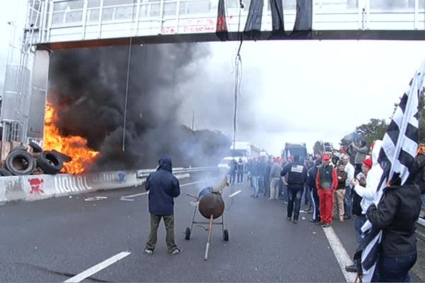 Pendant la destruction du portique écotaxe de Saint-Allouestre en 2013
