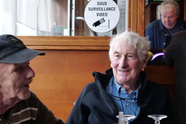 Jean-Michel et John côte à côte au restaurant, le midi de leur première rencontre
