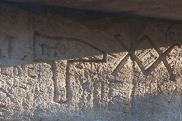 Pont du Gard - un pétroglyphe de marteau - 2017.