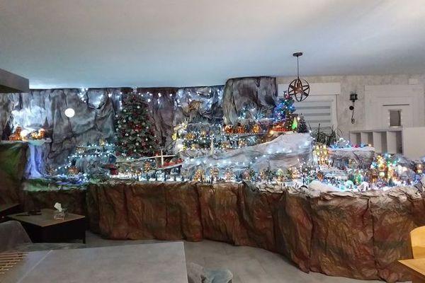 Depuis quatre ans, Frédéric Zilliox a réalisé autour d'une crèche de Noël, un village de montagne qui atteint cette année 16m2, dans son salon.
