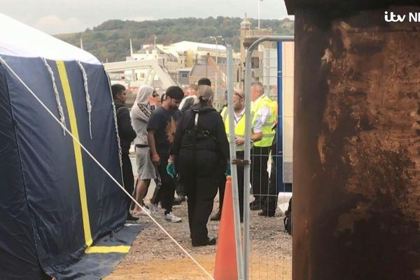 Quelques uns des migrants débarqués à Douvres, en Angleterre, mardi.