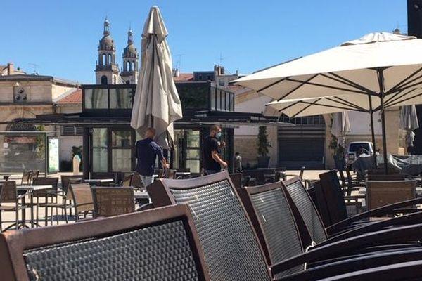 Les terrasses sont de sortie place Charles 3 à Nancy.