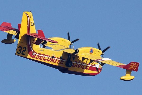 """L'un des Canadair CL-415, les fameux """"Pelican"""", avion bombardier d'eau de la Sécurité Civile en France"""
