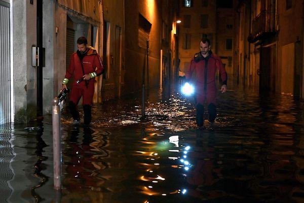Dans le centre ville d'Agen, mercredi soir 8 septembre, après les pluies diluviennes. Les secours en intervention.