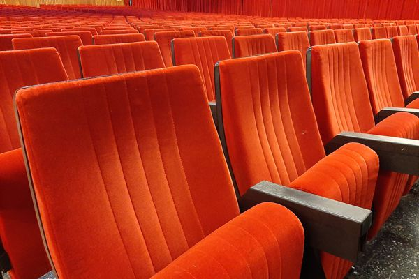 Des sièges d'un théâtre, ici ceux du cinéma-théâtre Ariston de San Remo (Italie).