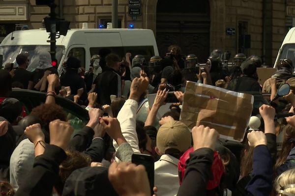 Les manifestants font face à la police à Rennes