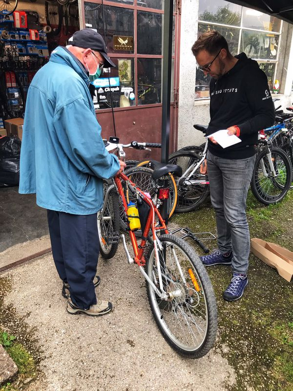 """Fabien Tournoux analyse les réparations à faire sur un vélo apporté dans le cadre de la prime """"Coup de pouce vélo"""""""