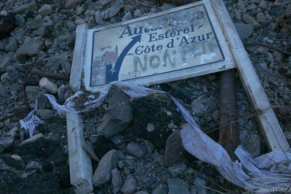 Pas mal d'objets ont été exhumés par cette crue, comme le panneau ci-dessous.