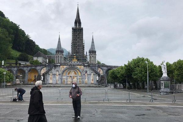 La place principale du Sanctuaire, vidée de ses pèlerins.