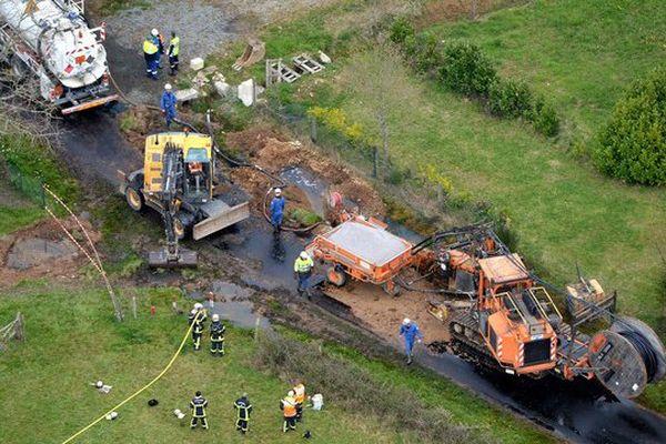 Une fuite d'hydrocarbure est survenue à Sainte-Anne-sur-Brivet provoquant une importante pollution de des fossés environnants, 10 maison ont dû être évacuées